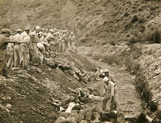 Bodo_League_massacre_mass_grave_US_ARMY_1950.jpg